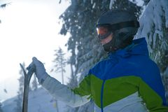 Piękna kobieta z nartami Przecinającego kraju narciarka zdjęcia royalty free