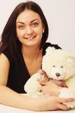 Piękna kobieta z niedźwiedź zabawką jako symbol nostalgia dla opieki Zdjęcia Stock