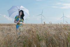 Piękna kobieta z parasolem w życie Obrazy Stock