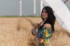 Piękna kobieta z parasolem w życie Zdjęcia Royalty Free
