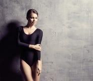 Piękna kobieta z perfect ciałem Dziewczyna pozuje i tanczy w swimsuit Pracowniana fotografia nad betonowym tłem obrazy royalty free