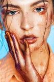 Piękna kobieta z pomarańcze połyskuje na ręce i twarzy Fotografia Royalty Free