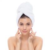 Piękna kobieta z ręcznikiem na głowie kremowa twarz Fotografia Stock