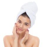 Piękna kobieta z ręcznikiem na głowie kremowa twarz Zdjęcie Stock