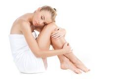 Piękna kobieta z ręcznikiem odizolowywającym na bielu Fotografia Royalty Free