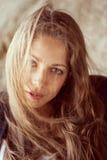 Piękna kobieta z rozwija włosy w wiatrze Obrazy Stock