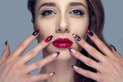 Piękna kobieta z seksownymi czerwonymi wargami i moda kolorem przygląda się makeup Fotografia Stock