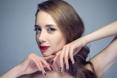 Piękna kobieta z seksownymi czerwonymi wargami i moda kolorem przygląda się makeup Zdjęcia Royalty Free