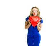 Piękna kobieta z serce kształtującym balonowym całowaniem obrazy stock
