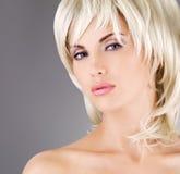 Piękna kobieta z strzałów blondynów fryzurą Obrazy Royalty Free