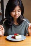 Piękna kobieta z tortem w kawiarni Obraz Stock