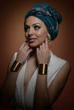 Piękna kobieta z turbanem Młoda atrakcyjna kobieta z turbanem i złotymi akcesoriami Piękno modna kobieta Zdjęcia Stock