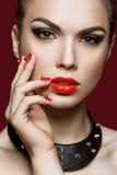 Piękna kobieta z wieczór czerwieni i makijażu gwoździami Zdjęcia Royalty Free