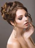 Piękna kobieta z wieczór fryzurą i makijażem Obraz Stock