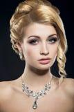 Piękna kobieta z wieczór fryzurą i makijażem Fotografia Stock