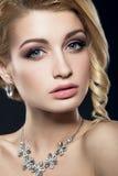 Piękna kobieta z wieczór fryzurą i makijażem Zdjęcia Royalty Free