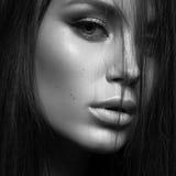 Piękna kobieta z wieczór makijażem i tęsk prosty włosy palisz się bedsheet moda kłaść fotografii uwodzicielskich białej kobiety p Zdjęcie Stock