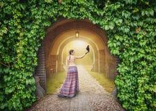 Piękna kobieta z wroną na tajemniczej pogodnej drodze zdjęcia royalty free
