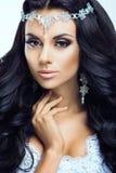 Piękna kobieta z złocistym makeup piękny panny młodej mody fryzury ślub fotografia royalty free
