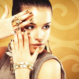 Piękna kobieta z złotymi gwoździami i piękny złocisty pierścionek Zdjęcia Royalty Free