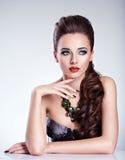 Piękna kobieta z zielonym makijażem i kreatywnie gwoździami obraz stock