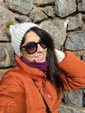 Piękna kobieta z zimy kurtką i kapeluszem fotografia stock