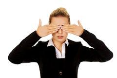 Piękna kobieta zakrywa ona oczy z jej rękami Obraz Stock