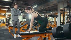 Piękna kobiety atleta ćwiczy z ogłoszenie towarzyskie trenerem sprawność fizyczna obrazy stock