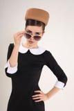 Piękna kobiety brunetka z okularami przeciwsłonecznymi w retro stylu Obrazy Stock