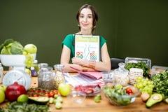 Piękna kobiety dietetyczka z zdrowym jedzeniem obraz royalty free