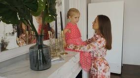 Piękna kobiety rozmowa z uroczą małą dziewczynką zbiory