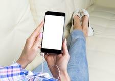Piękna kobiety ` s ręka używać smartphone Smartphone bielu ekran Puste miejsce pusty ekran Opróżnia przestrzeń dla teksta Biel ek Zdjęcia Royalty Free