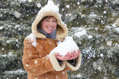 Piękna kobiety sztuka z śniegiem na zimie plenerowej, śnieżni jedlinowi drzewa w lesie, jest ubranym barankowego żakiet Fotografia Royalty Free