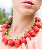Piękna kobiety szyja z czerwonymi koralikami robić świeża truskawka Zdjęcia Royalty Free