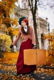 Piękna kobiety twarz w kapeluszowym i czerwonym włosy z bagaż jesieni podróżą zdjęcia stock