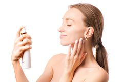 Piękna kobiety twarzy kiść na twarzy płukanki kosmetologii Zdjęcia Stock
