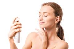 Piękna kobiety twarzy kiść na twarzy płukanki kosmetologii Obraz Royalty Free