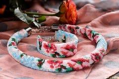 Piękna kolia z paciorkowatą bransoletką zdjęcie royalty free