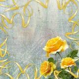 Piękna kolor żółty róża z zielenią opuszcza na tle obraz stock