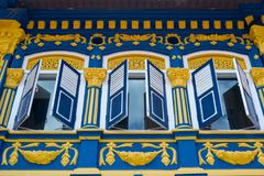 Piękna kolorowa fasada z otwarte okno żaluzjami Piękna kolorowa fasada z otwarte okno żaluzjami piękny Singapore Obraz Royalty Free