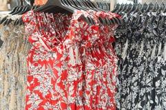 Piękna kolorowa koszula nocna na sprzedaży w departmentstore Zdjęcia Stock