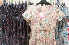 Piękna kolorowa koszula nocna na sprzedaży w departmentstore Obrazy Stock
