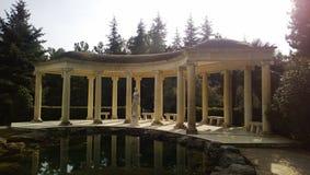 Piękna kolumnada w Angielskim ogródzie w Parkowym raju w Partenit, obrazy stock