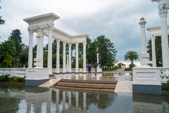 Piękna kolumnada w nadmorski parku w centrum Batumi, Gruzja obrazy stock