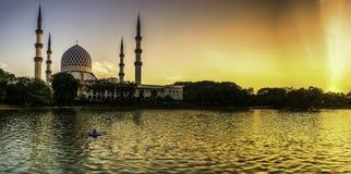 Piękna kopuła i góruje Shah Alam meczet zdjęcie stock