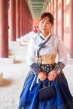 Piękna Koreańska kobieta ubierał Hanbok w Gyeongbokgung pałac w Seul fotografia stock
