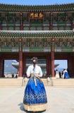 Piękna Koreańska kobieta ubierał Hanbok w Gyeongbokgung pałac w Seul obrazy stock