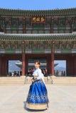 Piękna Koreańska kobieta ubierał Hanbok w Gyeongbokgung pałac w Seul fotografia royalty free