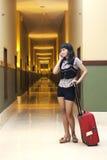 piękna korytarza hotelu kobieta Zdjęcie Stock