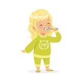 Piękna kreskówki blondynki dziewczyna szczotkuje jej zęby w zielone piżamy, dzieciak stomatologicznej opieki wektoru ilustracja royalty ilustracja